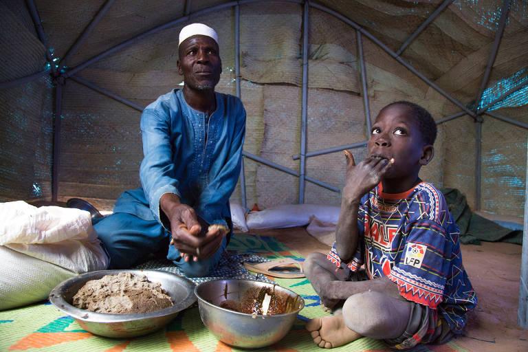 Pessoas atendidas pelo PMA em Burkina Faso, na região do Sahel Central na África, que enfrenta escalada do conflito armado, população deslocada, fome e pobreza generalizada