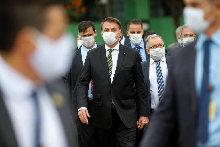 Bolsonaro usa máscara enquanto caminha