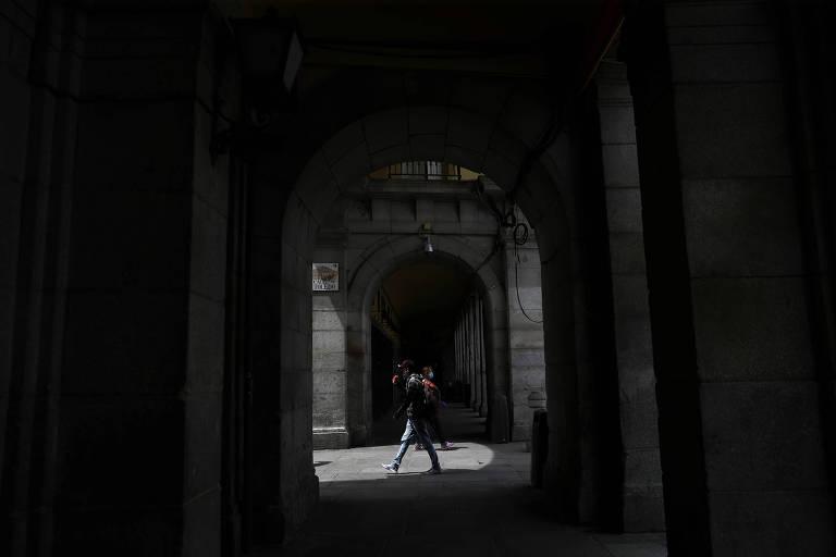 Pessoas com máscaras caminham por Madri durante a pandemia de coronavírus