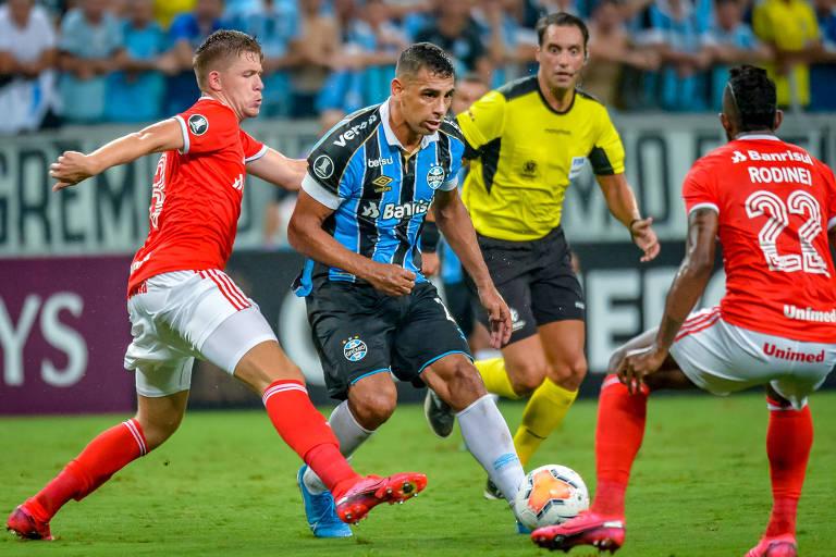 Diego Souza passa por dois marcadores em ação pelo Grêmio contra o Internacional pela Copa Libertadores