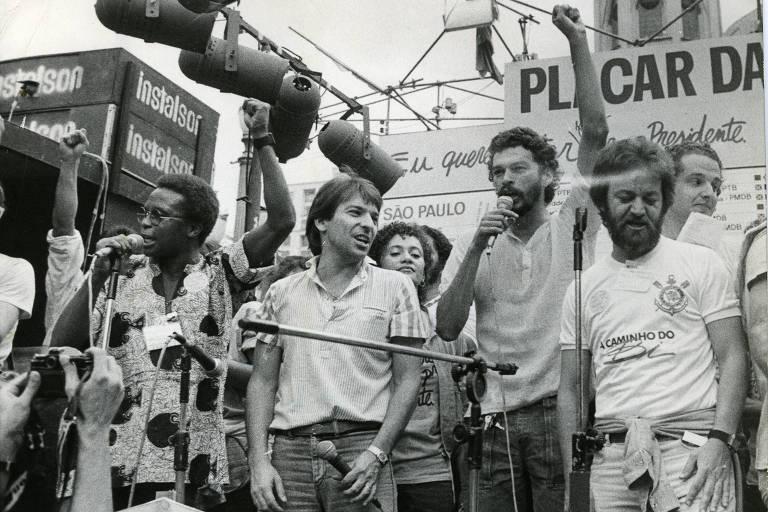 Wladimir, o ator Kito Junqueira, a atriz Tânia Alves, Sócrates, Juca Kfouri e  Adilson Monteiro Alves (da esq. para a dir.) se reúnem em campanha pelas Diretas-Já no centro de São Paulo