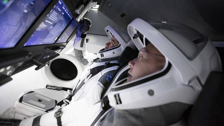 Bob Behnken e Doug Hurley treinam em simulador da cápsula Crew Dragon, da SpaceX; voo deles deve ocorrer em maio. (Crédito: SpaceX)