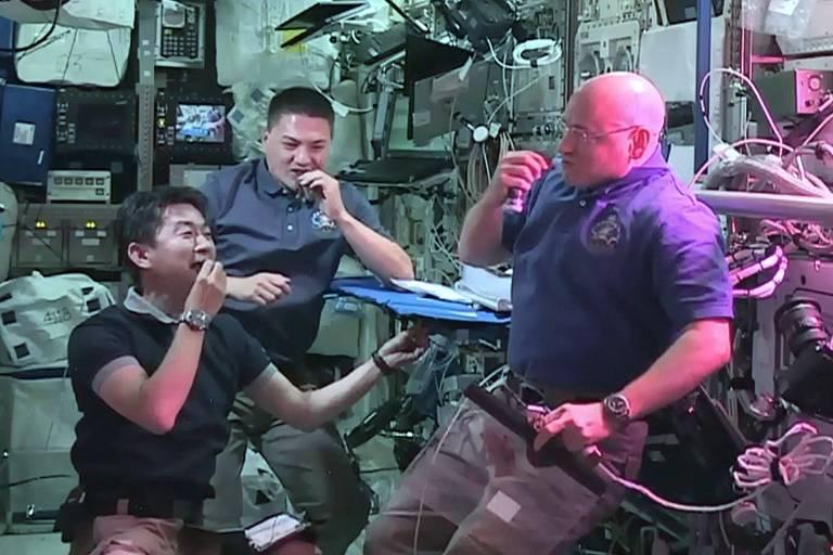 Em imagem de 2015, o astronauta japonês Kimiya Yui com os astronautas da Nasa Kjell Lindgren e Scott Kelly comem alface cultivada no espaço