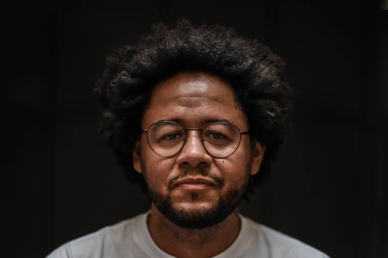 O rapper Emicida em sua produtora, Laboratório Fantasma, em São Paulo