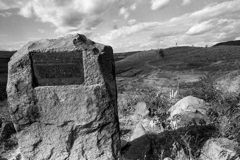 Açude administrado pelo Dnocs completamente seco em Araripina, em 1983