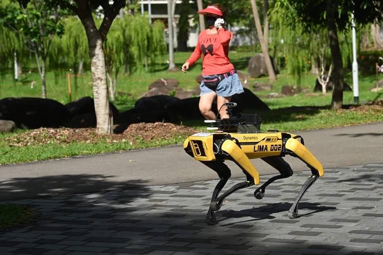 Spot, o cão-robô desenvolvido por uma empresa de engenharia robótica americana, em parque de Singapura
