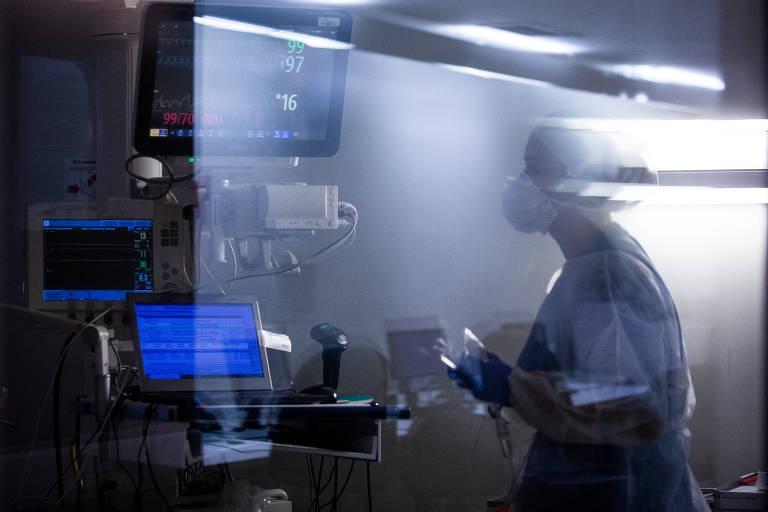 Técnica de enfermagem verifica dados de aparelhos em leito de UTI com paciente com Covid-19 do Hospital Alemão Oswaldo Cruz, em SP