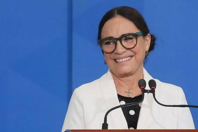 Em entrevista à CNN Brasil, secretária especial da Cultura diz que optou por mandar mensagens às famílias, em vez de fazer homenagens públicas