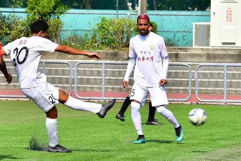 O atacante Luan Anderson finaliza ao gol em partida pelo Hang Yuen FC, na liga de Taiwan