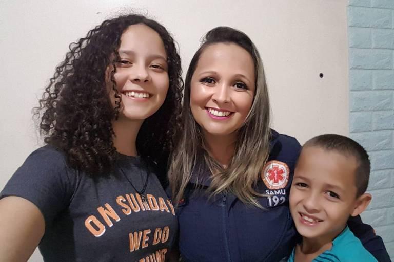 Annelice Silva Oliveira, 38, enfermeira na área de ginecologia do Hospital Regional de Ceilândia com seus filhos