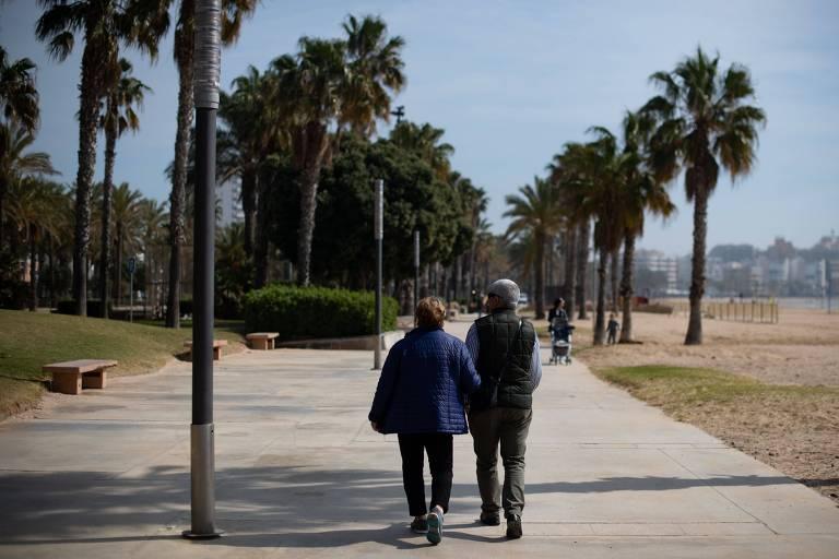 Casal caminha pelo passeio de Salou, próximo a Tarragona
