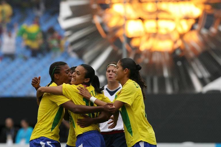 Marta (ao centro) é abraçada pelas colegas na vitória por 5 a 0 sobre os EUA no Pan de 2007