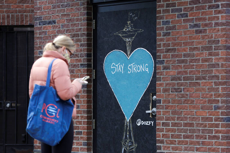 Em Seattle, arte com desenho em forma de coração onde se lê 'mantenha-se forte'
