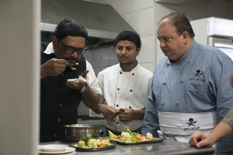 Erick Jacquin na cozinha do restaurante indiano Samosa & Company, um dos participantes da primeira temporada do Pesadelo na Cozinha