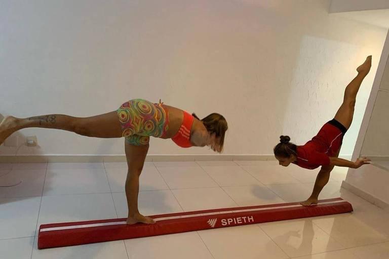 Flavia Saraiva (à dir) e a mãe Flavia se exercitam na casa delas, no Rio