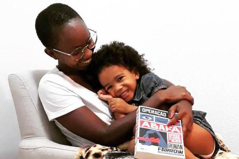 Nina, de 4 anos, disse que está se sentindo um bebê por ficar tanto tempo com a mãe Carla Caroline