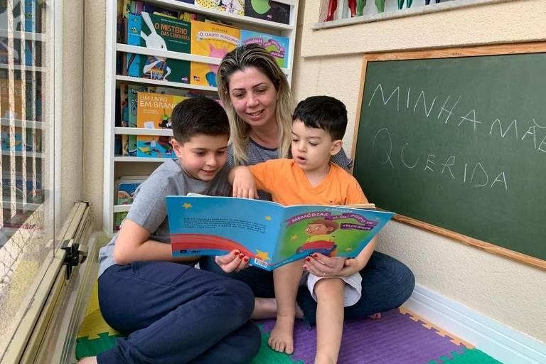João Guilherme e Luis Eduardo de Araújo, de 7 e 3 anos, gostam das noites de cinema em casa e de brincar de acampamento com a mãe Luciana na sala de casa