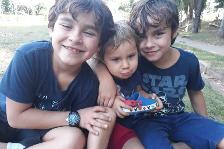 Os gêmeos Davi e Tomás, de 8 anos, e Lia, 2 anos, aprenderam a bordar e fazer colar com a mãe Carmem Teixeira durante a quarentena