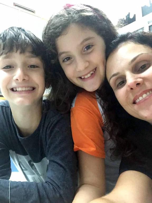 Patrícia Sarcetta com os filhos Marco e Pietra estão aproveitando o isolamento para fazer mais atividades juntos, como cozinhar e assistir filme