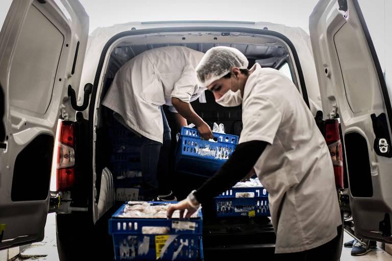 Funcionários de uma cantina preparam refeições que vão ser distribuídas para pessoas necessitadas em Lisboa
