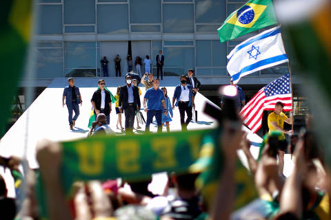 Brazil's President Jair Bolsonaro greets supporters during a protest against the president of the Chamber of Deputies Rodrigo Maia, quarantine and social distancing measures, amid the coronavirus disease (COVID-19) outbreak, in Brasilia, Brazil May 3, 2020. REUTERS/Ueslei Marcelino ORG XMIT: GGG-UMS0056