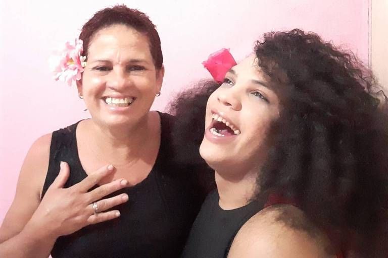 Ana Flor, que se identifica como travesti, e a mãe Sydia