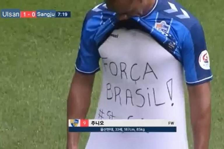 Júnior Negão mostra mensagem de apoio ao Brasil após fazer 1º gol do Ulsan Hyundai contra o Sangju Sangmu, pelo Campeonato Coreano