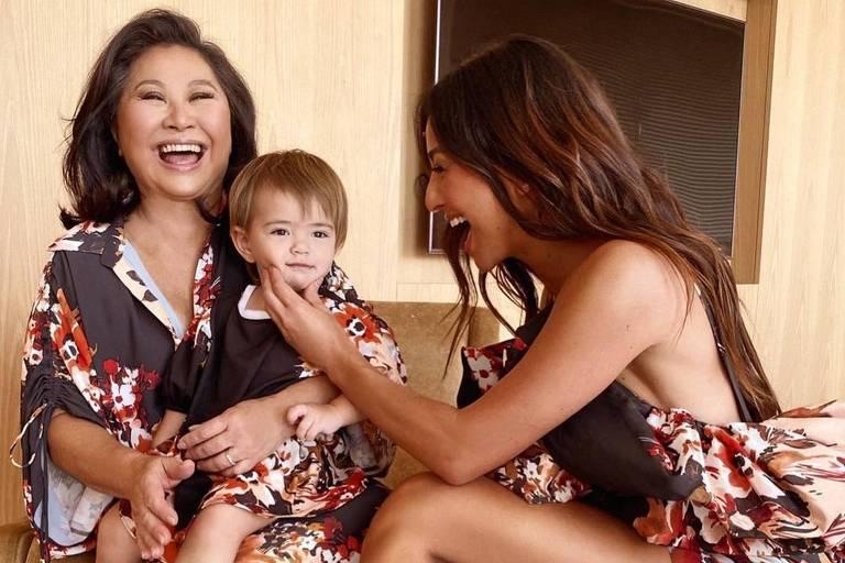 Sabrina Sato ao lado da mãe, Kika, e da filha, Zoe