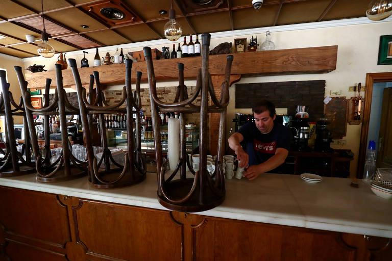 Funcionário prepara restaurante para reabertura na segunda (11), em Guadalajara, Espanha