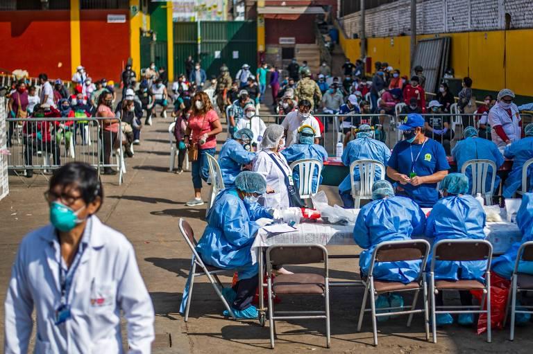 Profissionais de saúde preparam testes para os empregados do mercado de Ciudad de Dios em Lima, Peru