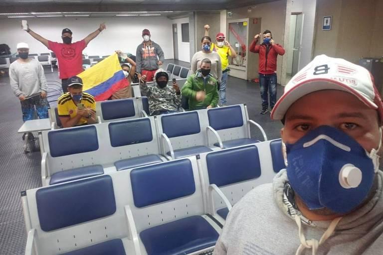 Colombianos que estão dormindo no aeroporto de Guarulhos aguardando repatriação