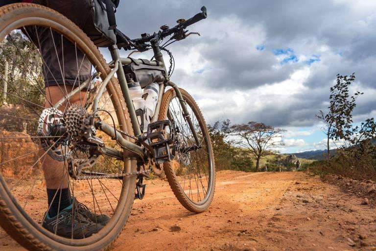 Casal viaja de bicicleta pela Serra do Espinhaço