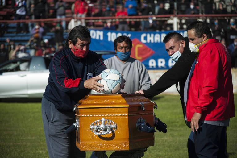 Argentinos interrompem quarentena para prestar homenagem a 'El Trinche' Carlovich no estádio Gabino Sosa, em Rosario