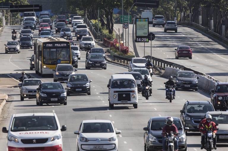Movimento de veículos na Radial Leste no primeiro dia do novo sistema de rodizio de veículos na cidade de SP