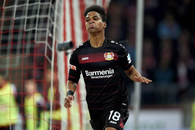 O lateral-esquerdo Wendell comemora gol pelo Bayer Leverkusen contra o Colônia