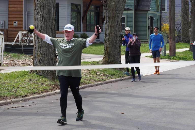 John Bacon chega à linha de chega de sua própria maratona em Ann Arbor, no estado de Michigan