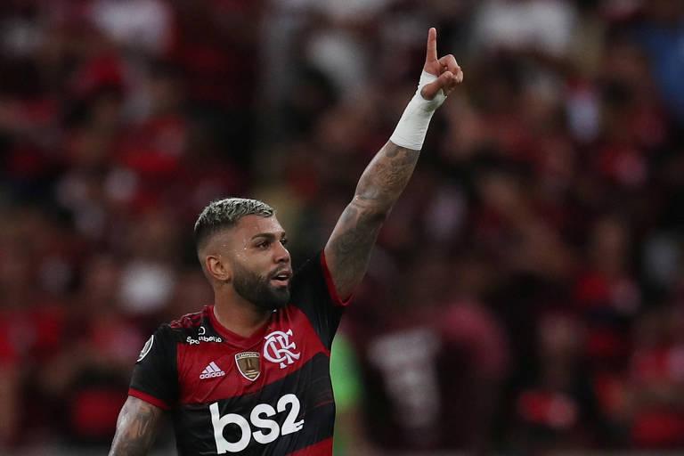 Gabriel levanta a mão para pedir a a bola em ação pelo Flamengo contra o Barcelona do Equador, na Libertadores deste ano