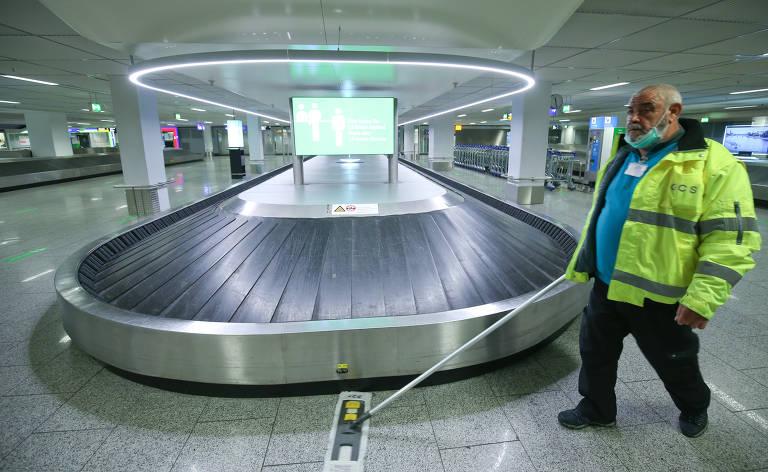 Funcionário limpa área de bagagens no aeroporto internacional de Frankfurt