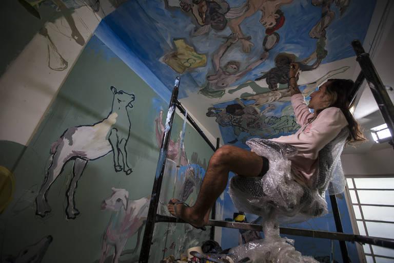 Artista pinta imagens do fim do mundo isolado em galeria