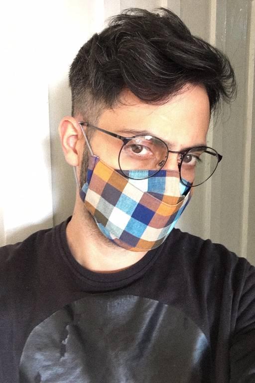 Antonio Borges faz máscaras com tecidos reciclados