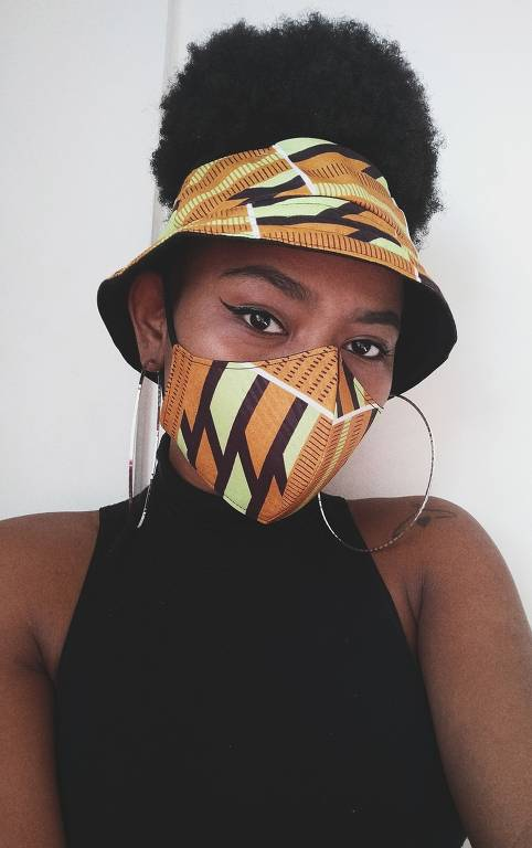 Aline Rodrigues cria máscaras com tecidos de origem africana