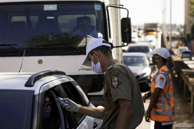 Checagem de temperatura de motoristas na entrada de Niterói nesta segunda-feira (11)