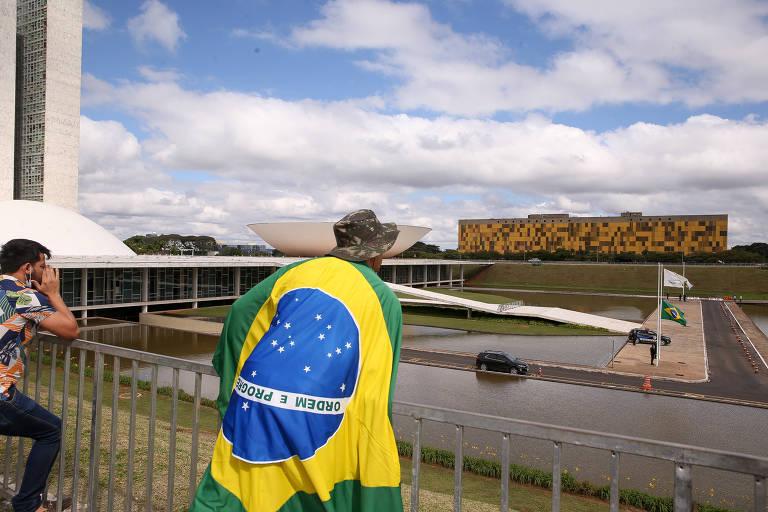 Manifestante pró-Bolsonaro em frente ao Congresso, no sábado (9)