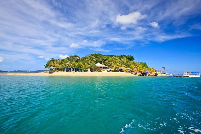 Ilha pequena com mar em volta