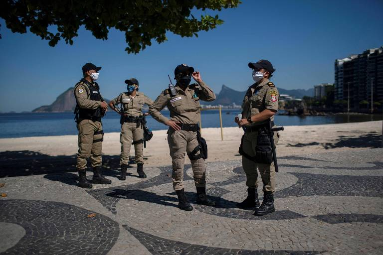 Guardas municipais fazem patrulha em Niterói (RJ), que tem restrições de circulação para combater o coronavírus