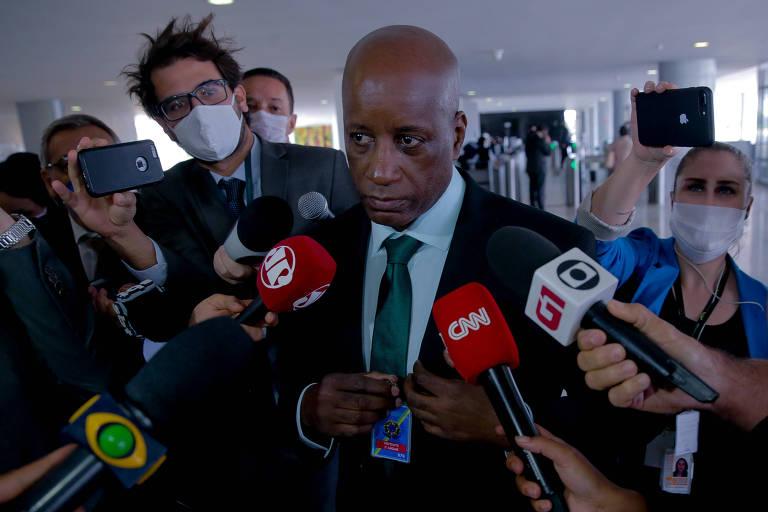 O presidente da Fundação Palmares, Sérgio Camargo, chega ao palácio do  planalto para almoço com o presidente Jair Bolsonaro, em 06.mai.2020.