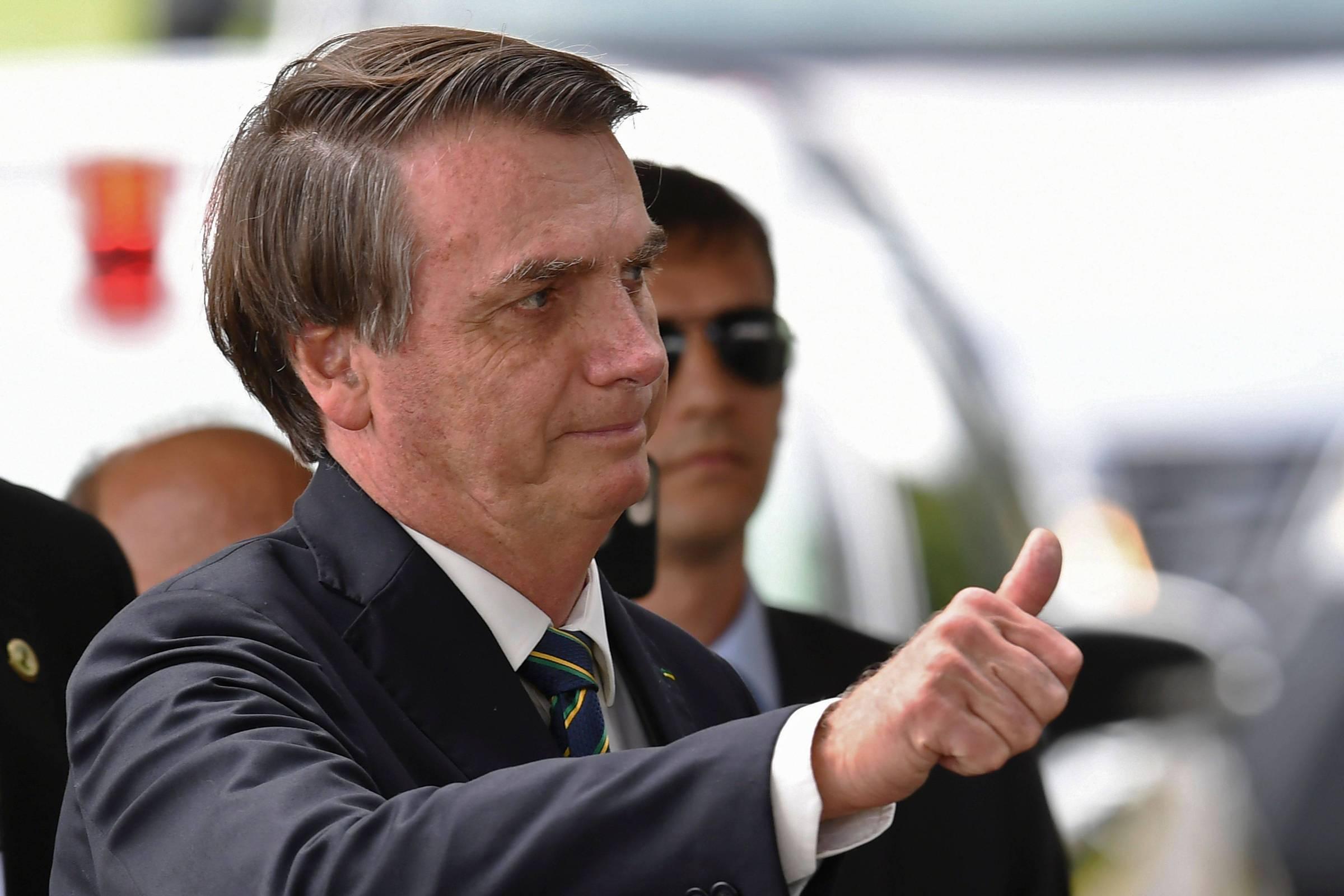 Sem agenda, Bolsonaro vai de helicóptero a região goiana e causa aglomeração