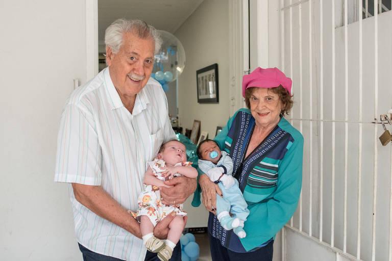 Paulo Sette Câmara segura seu neto Kalel ao lado de sua esposa, Marina Coelho Sette Câmara, que segura o bisneto Cauã