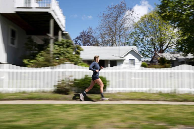 Mary Cain corre na sua vizinhança em New Suffolk, Nova York