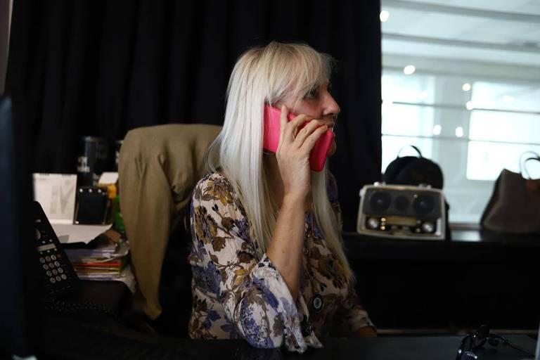 Teresa Gioia, uma das fundadoras do grupo Conchetas, durante telefonema